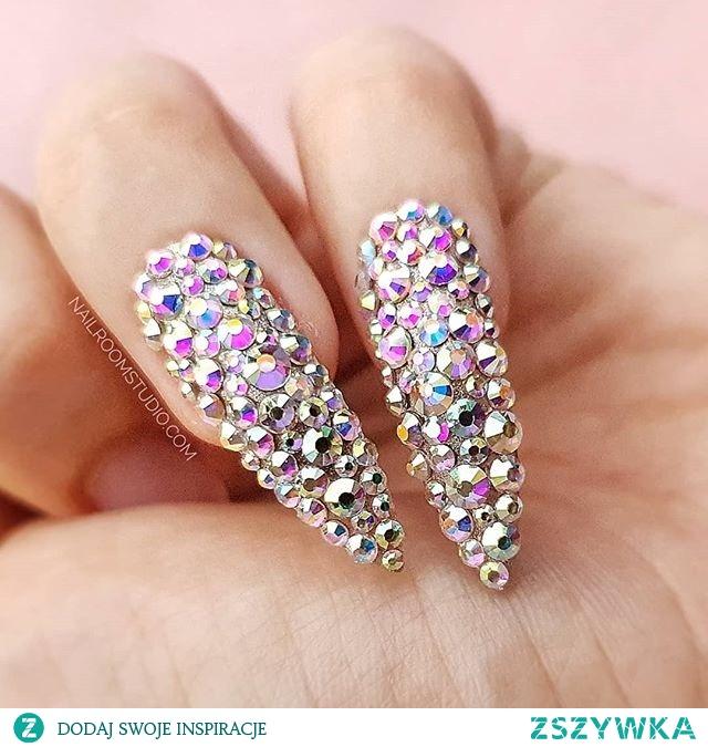 Kryształy na paznokciach są pięknym biżuteryjnym dodatkiem. Dla jednych z nas taki akcent jest idealny na wielkie wyjście, ale dla moich klientek na całym świecie taki trend w kobiecych stylizacjach to nielada smaczek nawet jako codzienny manicure. Co o tym sądzicie? A może będzie to idealny dodatek do stylizacji ślubnej?