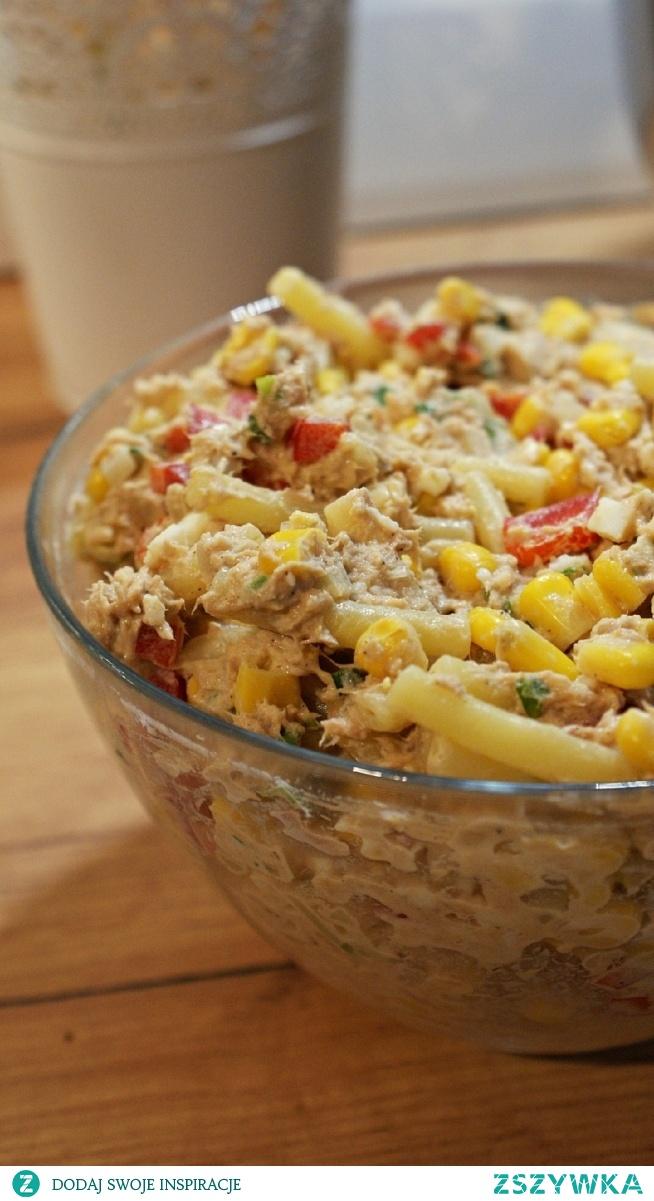 Ekspresowa sałatka z tuńczykiem. Składniki:  Ulubiony makaron, ok. 200 g  2 puszki tuńczyka w kawałkach  1 puszka kukurydzy  pęczek szczypiorku  1 mała cebula lub 2 cebule dymki  1/2 papryki  2 łyżki majonezu  2 łyżki jogurtu greckiego  sól, pieprz, cukier do smaku Przygotowanie:  Makaron ugotować zgodnie z instrukcją na opakowaniu. Tuńczyka odsączyć i wrzucić do miski. Kukurydzę odsączyć i dorzucić do tuńczyka. Szczypiorek umyć i posiekać, dorzucić do całości. Paprykę pokroić na drobną kostkę i również dorzucić do miski. Na końcu wkroić drobno posiekaną cebulkę, dodać jogurt oraz majonez i doprawić całość do smaku solą, pieprzem i odrobiną cukru (tak, cukier też wyciąga smak sałatek :)).  Smacznego!
