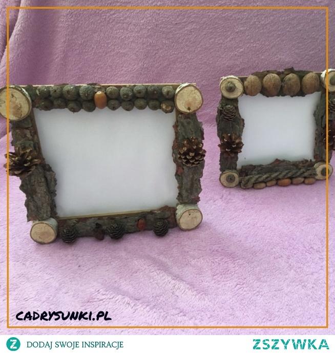Drewniana ramka na zdjęcia wykonana przyozdobiona z naturalnych owoców lasu. A wooden photo frame made of natural fruit berries.