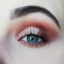 Brązowo-różowy makijaż z do...