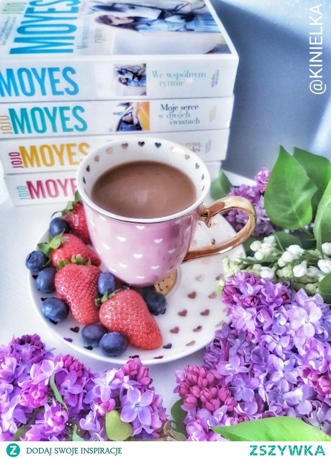 Odpoczynek kawa książki inspiracje kubek truskawki