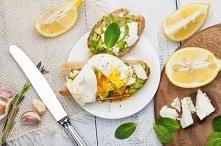 grzanki z awokado i jajkiem...