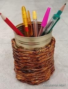 Puszka po konserwach, papier z gazety i mamy kubek na pisaki.