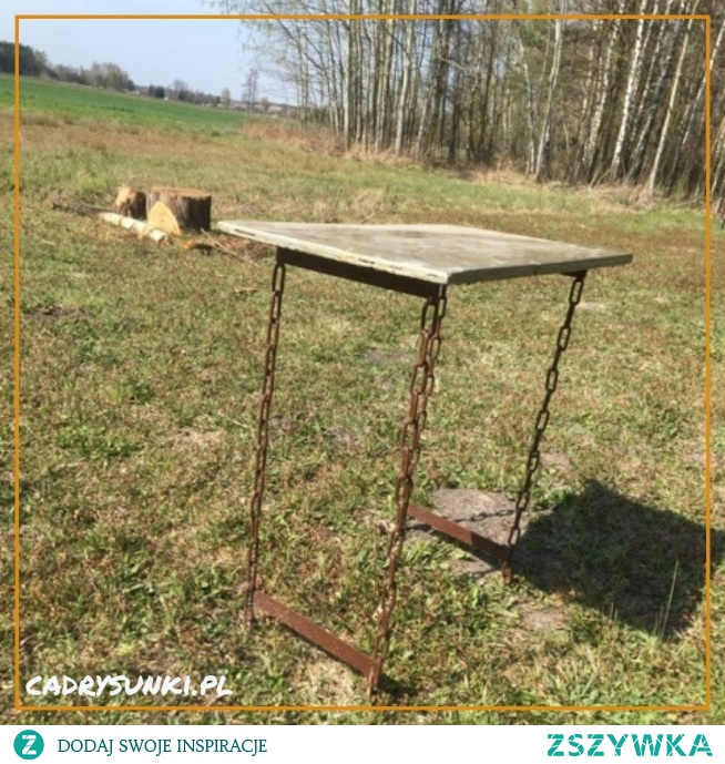 Stolik z nogami wykonanymi z ogniw łańcucha pospawanych na różny kształt.