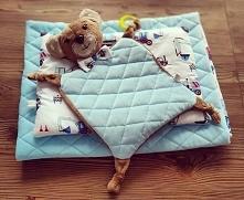 Kocyk, poduszka i przytulanka.