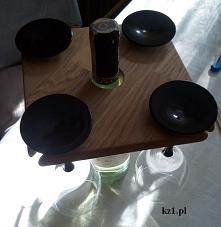 Kieliszki i wino w drewnian...