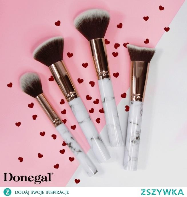 Miękkie miotełki pędzli serii QAL pozwalają na równomierne roztarcie kosmetyków bez efektu maski.  QAL by Donegal