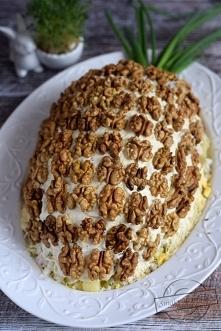 """Warstwowa sałatka """"Ananas"""" (z ziemniakami, jajkami, kurczakiem, ogó..."""