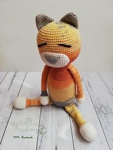 Na Dzień Dziecka Tęczowy Kot   Bardzo kolorowy Kot na szydełku , bez wystających elementów, co sprawia, że może być fantastyczną przytulanką już od narodzin.     Wymiary:  Długo...