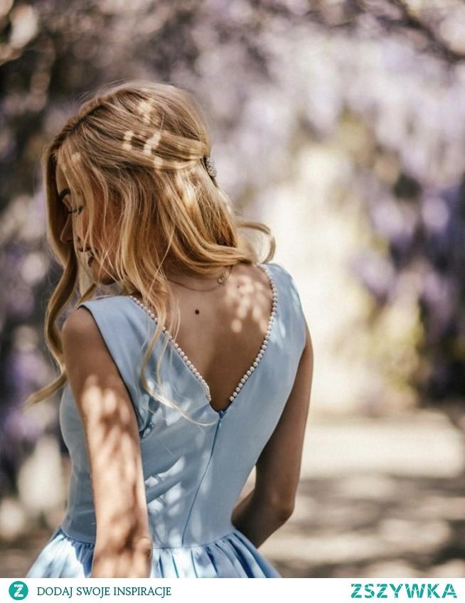 Kliknij w zdjecie by przejsc do produktu PERLA - Rozkloszowana sukienka z perłami na plecach Ice Blue sukienkowo.com
