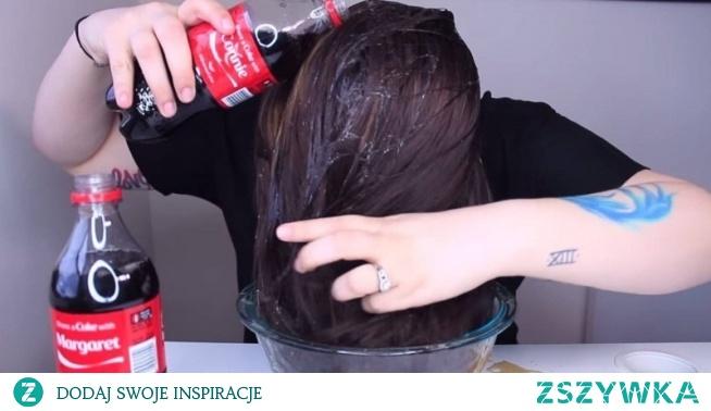 Ona wylewa butelkę coli na włosy, musisz zobaczyć co się stało!