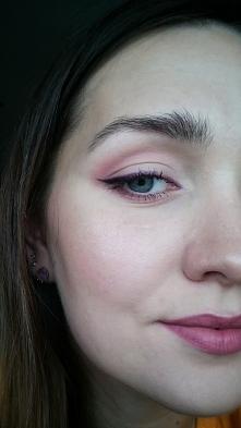 fioletowo-czarna kreska ombre, różowe usta i brwi soute