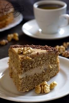 Przekładane ciasto kawowe z orzechami i masą z serka mascarpone