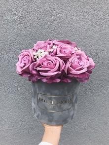 Zamszowy flower box ze sztucznymi różami i gipsówką- Dolce Fiore