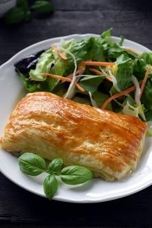 Filet z kurczaka (z szynką parmeńską i mozzarellą) pod ciastem francuskim