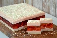 Pyszne ciasto truskawkowe bez pieczenia. Galaretka z kawałkami truskawek pomi...