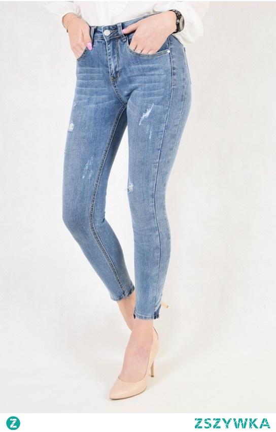 Klasyczne jeansy z przetarciami - to częsty element codziennych stylizacji.