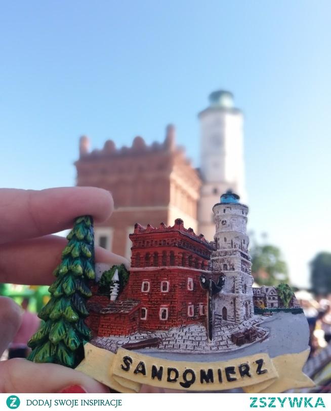 Sandomierz- królewskie miasto. A na zdjęciu ratusz, czyli najbardziej rozpoznawany punkt w Sandomierza, znajduje się w centralnej części rynku. Idealne miejsce na weekend  Instagram => @nieidentyczna