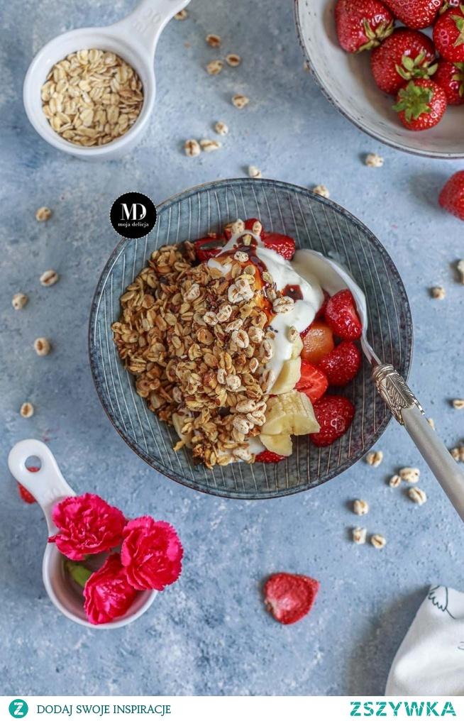 Fit śniadanie, czyli domowe musli z płatków owsianych, nasion chia i orzechów z jogurtem naturalnym, truskawkami, bananem i morelą, polane syropem z daktyli. Proste, pyszne, pożywne i zdrowe.