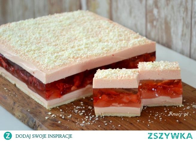 Pyszne ciasto truskawkowe bez pieczenia. Galaretka z kawałkami truskawek pomiędzy delikatną pianką. Rozpływa się w ustach!