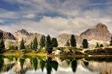 Cudowny krajobraz góry i wo...
