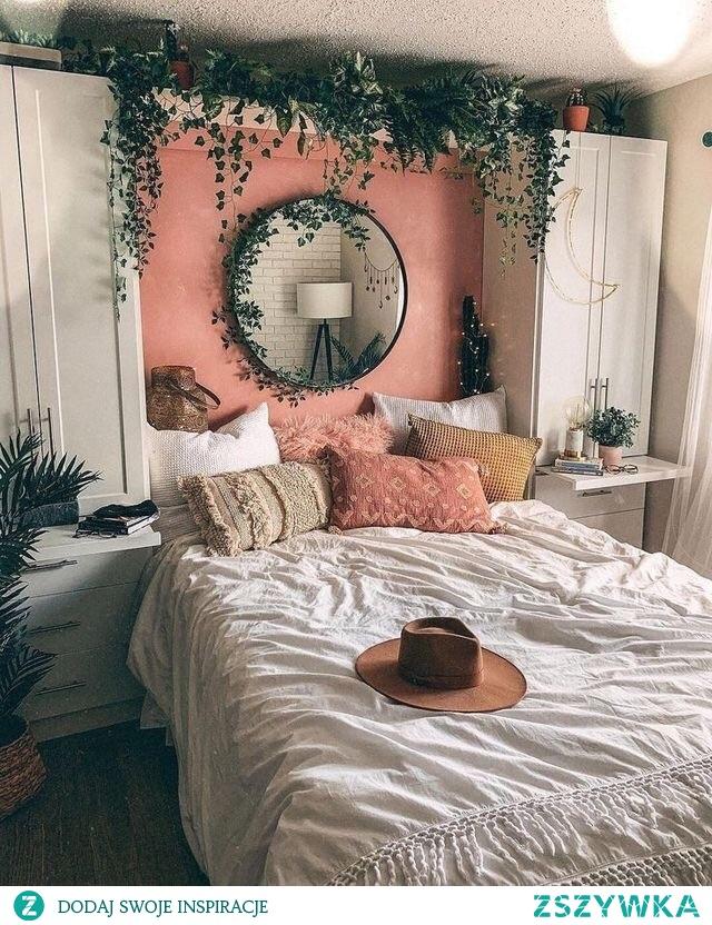 kwiaty nad łóżkiem