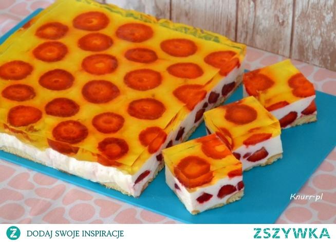Doskonałe na upały ciasto z dużą ilością truskawek i cytrynową nutką. Sprawdzony, prosty przepis, ekspresowo, bez pieczenia.