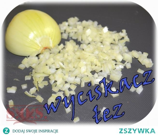 Krojenie cebuli - jedni po prostu to wytrzymują, a inni szukają sposobów na uniknięcie łez;) Dla tych drugich podaję kilka pomysłów na poskromienie  tego warzywa;)