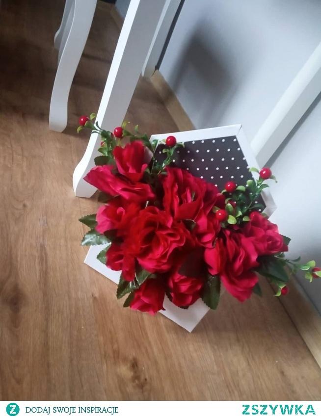 Flower box wykonany z czerwonych róż i borówki w kopertowej podstawie  Wysokość 30 cm  Cena 62 zł
