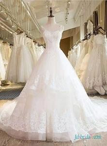 Piękna, wielowarstwowa sukn...