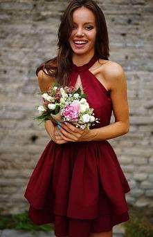 Sukienka z podwójną falbaną i ozdobnym dekoltem bordowa 0202