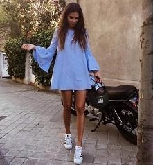 Letnia stylizacja z błękitną sukienką