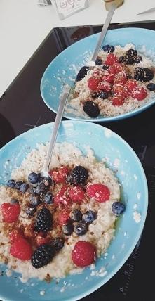 śniadanie  *owsianka na mleku migdałowym *miód  *owoce *cynamon *wiórki kokosowe