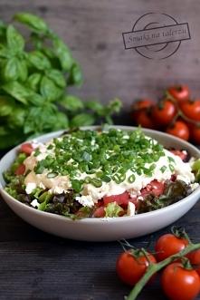 Pomidorowa sałatka z fetą i sosem czosnkowym