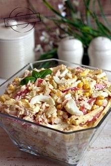 Sałatka ryżowa z jajkami, papryką, szynką, serem i ogórkami konserwowymi