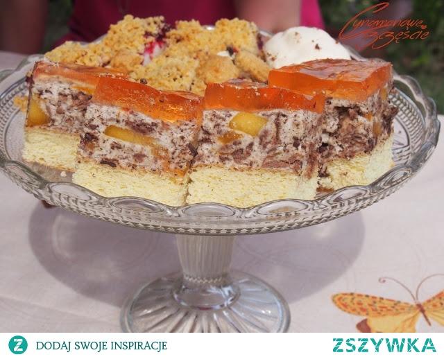 pyszne ciasto z brzoskwiniami i batonikami prince polo