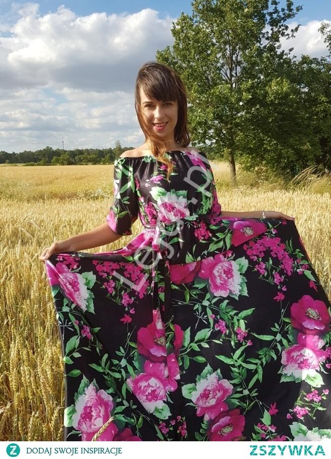 Pani Marta Jacukiewicz w sukience Klara w bardzo modny wzór kwiatowy