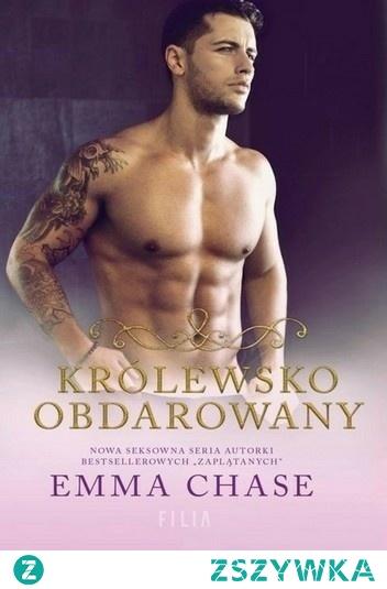 """Emma Chase - Królewsko obdarowany (Royally tom 3) *** Księżniczka Ellie Hammond od lat podkochuje się w swoim seksownym ochroniarzu, Loganie St. Jamesie. Choć wątpi, by on kiedykolwiek dostrzegł jej uczucia. Dla Logana dziewczyna jest tylko częścią pracy, osobą, którą poprzysiągł strzec. Teraz jednak, w wieku 22 lat, dziewczyna musi odłożyć na bok fantazje i odnaleźć swoje """"i żyli długo i szczęśliwie"""". Ma pójść w ślady siostry i znaleźć własnego księcia albo lorda. Niestety, Ellie wie, że trudno się rozstać z najsłodszymi marzeniami. Logan St. James dorastał w rodzinie, która żyła na bakier z prawem. Ostatnio tatuaże zakrywa dobrym garniturem. Jest przystojny, lojalny, odważny i… bardzo sprawny. Każda kobieta marzy o takim mężczyźnie. Ale on pożąda tylko jej. Przez lata obserwował ją, strzegł i pomagał. Nauczył ją, jak zadawać ciosy i jak rozpoznać kłamcę. Piękna Ellie Hammond jest jednak niedostępna. Wszyscy znają zasady ochroniarzy: nie rozpraszaj się, nie trać klientki z pola widzenia i nigdy, przenigdy się w niej nie zakochaj. Jednak nie ma takiej zasady, której nie można by złamać…"""