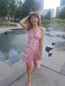 Różowa sukienka z haftowany...
