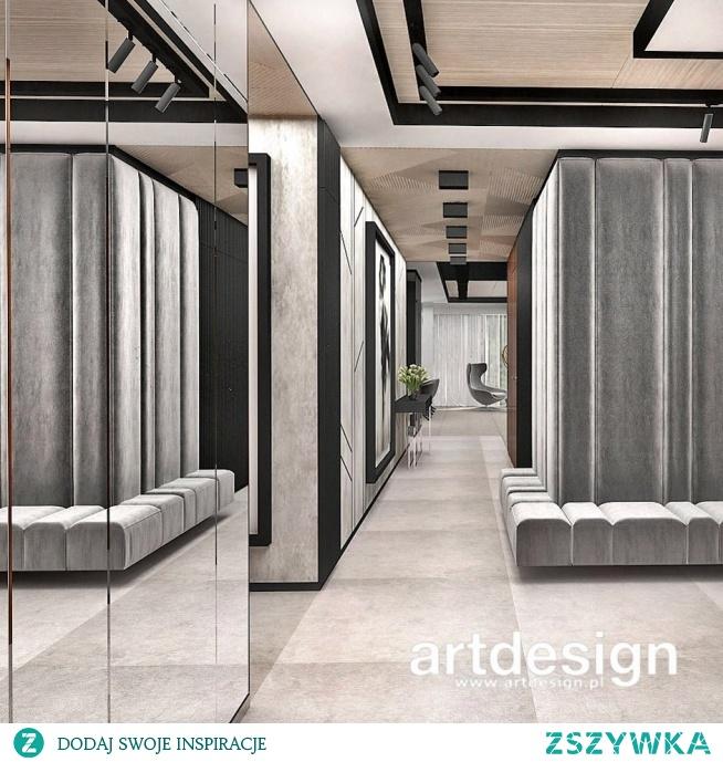 Hol lub przedpokój to przestrzeń, która może być efektowna, a przy tym wygodna. Aranżacja holu dużym tapicerowanym siedziskiem, lustrami, efektownymi okładzinami ścian i ciekawym sufitem.   SPIRIT OF ADVENTURE   Wnętrza apartamentu