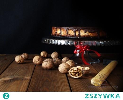 Bananowy sernik z orzechowym spodem i czekoladą