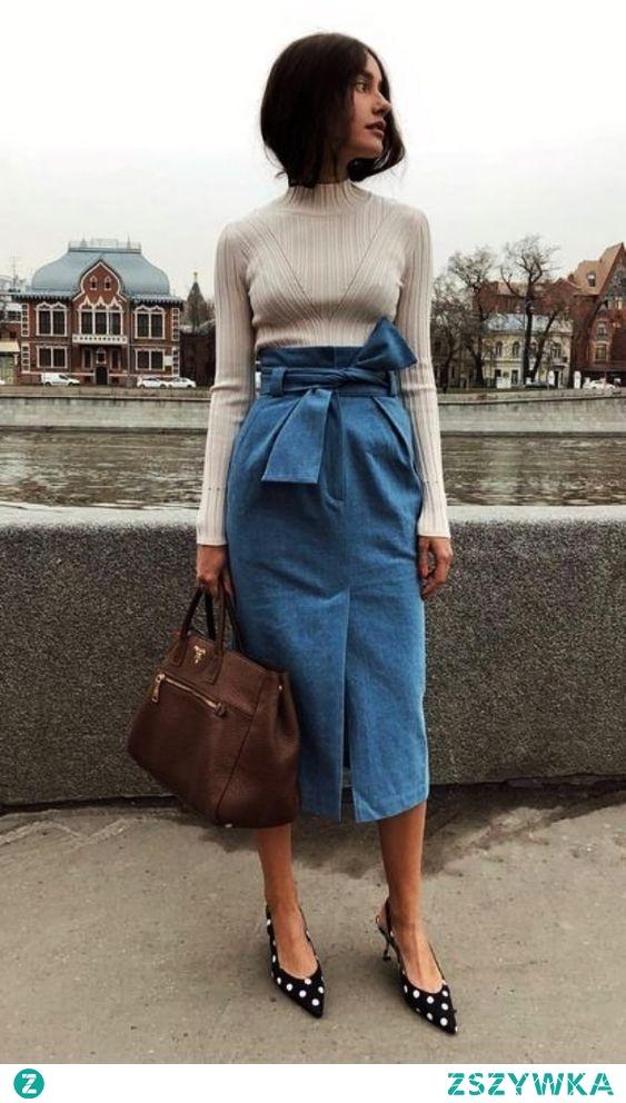 Randka w chłodniejszy wieczór, a Michalina nie ma pomysłu, jak się ubrać? Jeansowa spódnica midi, lekki sweterek i przyciągające uwagę buty na obcasie załatwią sprawę. Tylko niech nie zapomnij o uśmiechu!:)