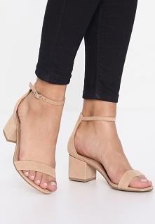 Klasyczne beżowe sandały na obcasie, pięknie wyglądają na stopach i są wygodn...