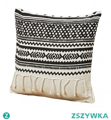 PODUSZKA DEKORACYJNA Z FRĘDZLAMI SHIMA 40X40CM CZARNO-BIAŁA - BOLTZE Cudowna dekoracja kanapy, miękka i oryginalna poduszka w stylu boho z etnicznym wzorem ozdobiona frędzlami.