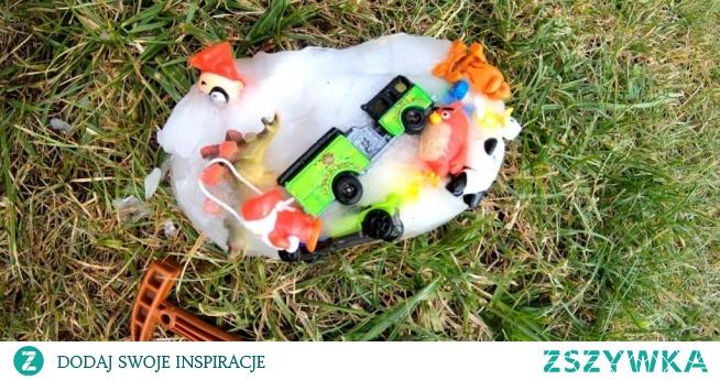 Szukanie ukrytych skarbów w lodzie jest zabawą sensoryczną, dającą dzieciom dużo satysfakcji i radości. W szczególności polecam w gorące dni, bowiem lód przynosi dodatkową ochłodę. Dodatkowe emocje i ciekawości dzieci można wzbudzić ukrywając w lodzie nowe przedmioty.