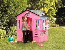 Różowy domek z motywami laleczek LOL Domek posiada łukowate wejście z połówkowymi drzwiczkami w dwóch ścianach, otwierane, białe okiennice, ściany z imitacją cegły i ciemny dach...