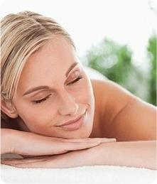 Dzięki zawartości ziela melisy, ekstraktu z chmielu, szafranu i rumianku pospolitego Melatolin Plus pomaga w osiągnięciu odprężenia przed snem.