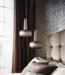 Lampa wisząca zamiast klasycznej lampy nocnej? Modne i wygodne rozwiązanie
