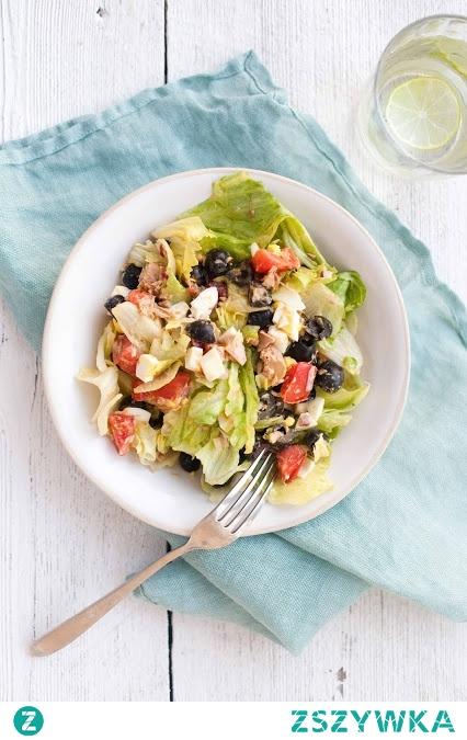 Sałata z tuńczykiem, jajkiem, oliwkami i pomidorem