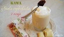 kawa z białą czekoladą i różą